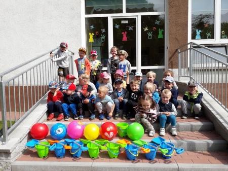 Grupa Biedronek z prezentami za I miejsce w Radzie Rodziców